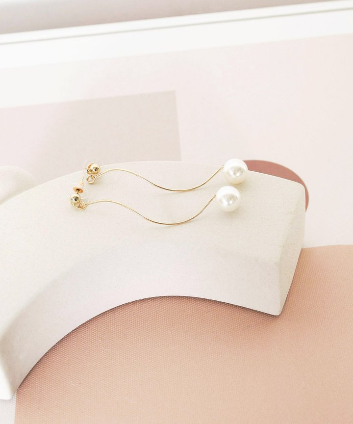 Kitsch Wavy Pearl Earrings